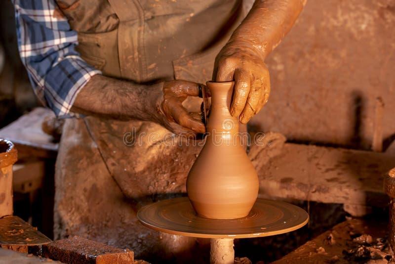 Fachowa garncarka robi pucharowi w ceramicznym warsztacie obrazy royalty free