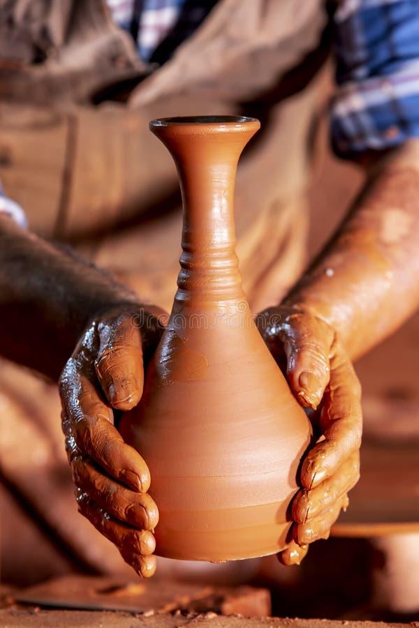 Fachowa garncarka robi pucharowi w ceramicznym warsztacie obraz stock