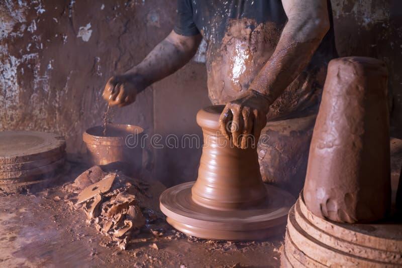 Fachowa garncarka robi pucharowi w ceramicznym warsztacie zdjęcie stock