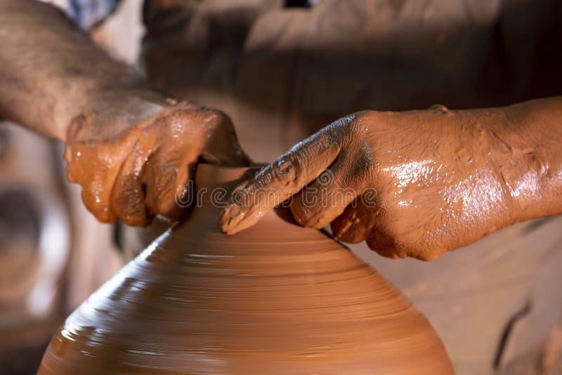 Fachowa garncarka robi pucharowi w ceramicznym warsztacie zdjęcie royalty free