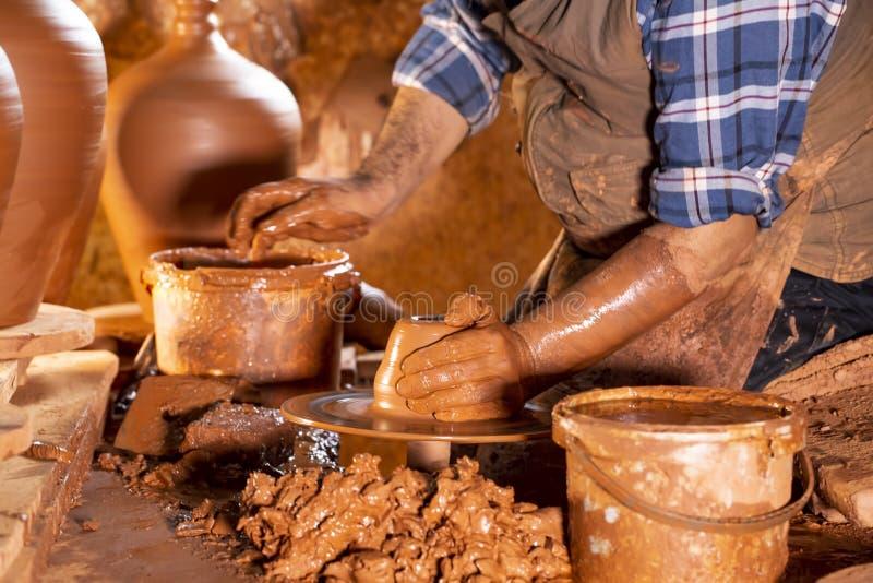 Fachowa garncarka robi pucharowi w ceramicznym warsztacie fotografia stock