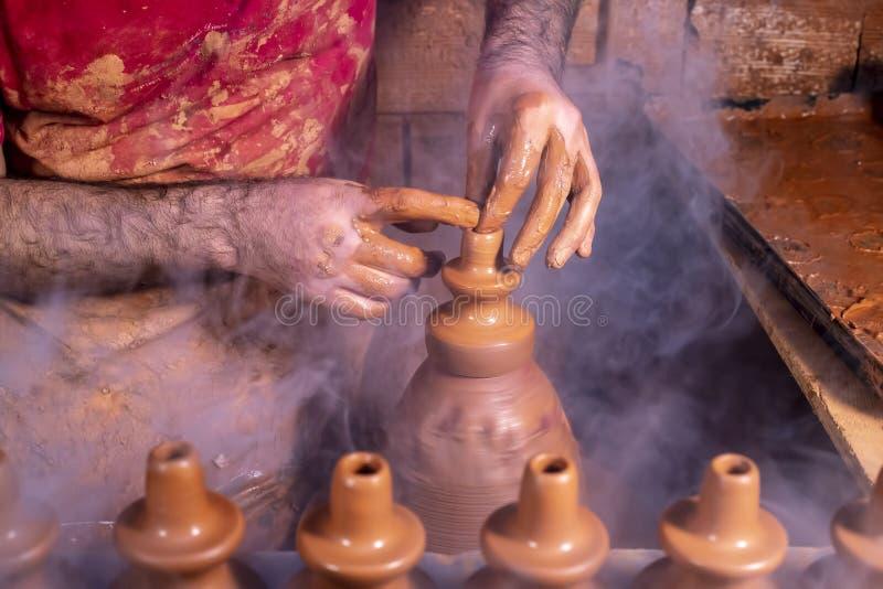 Fachowa garncarka robi pucharowi w ceramicznym warsztacie, studio fotografia royalty free