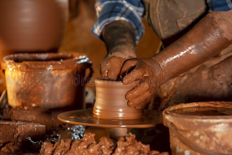 Fachowa garncarka robi pucharowi w ceramicznym warsztacie, studio zdjęcie stock