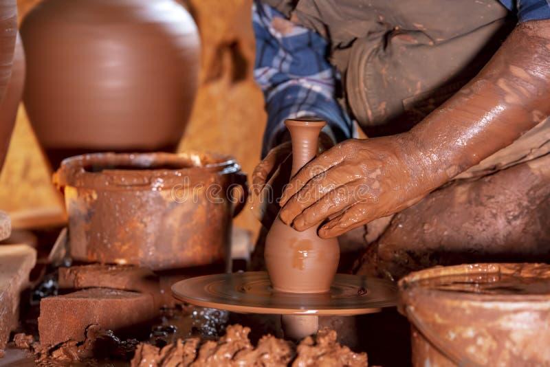 Fachowa garncarka robi pucharowi w ceramicznym warsztacie, studio zdjęcie royalty free