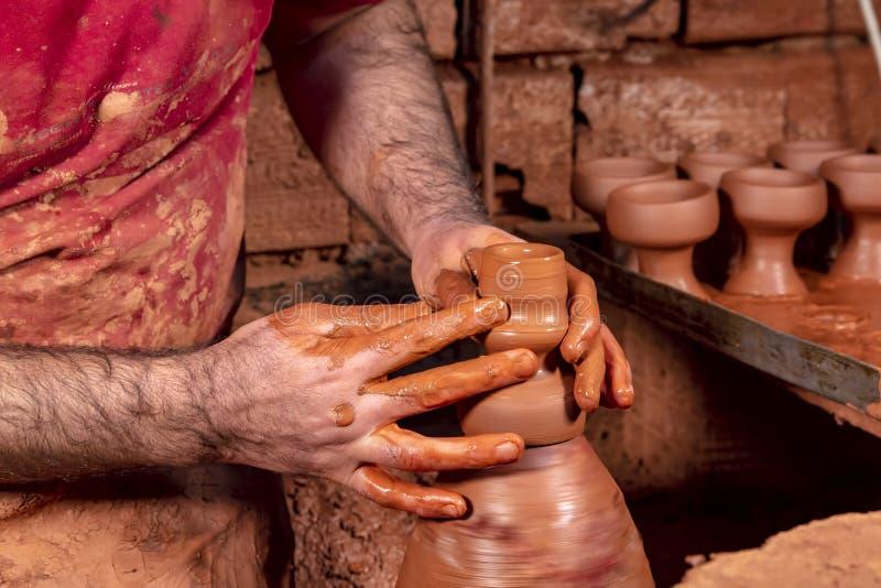 Fachowa garncarka robi pucharowi w ceramicznym warsztacie, studio zdjęcia stock