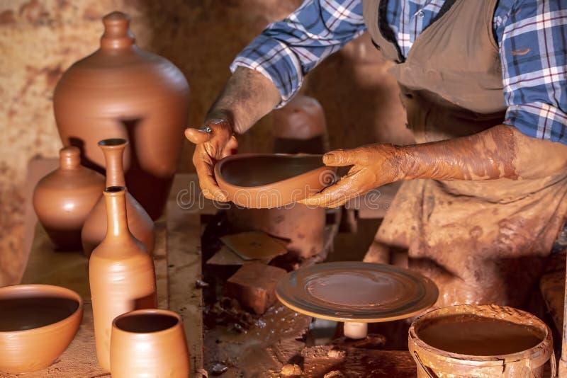 Fachowa garncarka robi pucharowi w ceramicznym warsztacie, studio obraz stock