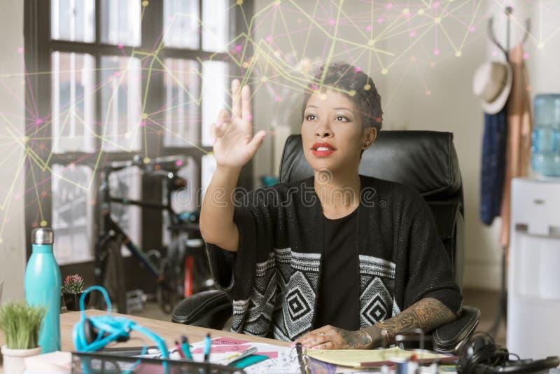 Fachowa kobieta z Futurystyczną sieci Nertwork projekcją fotografia royalty free