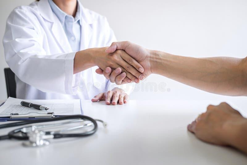 Fachowa kobiety lekarka w białej żakieta chwiania ręce z pacjentem po pomyślnego poleca traktowanie metody po rezultatów obrazy stock