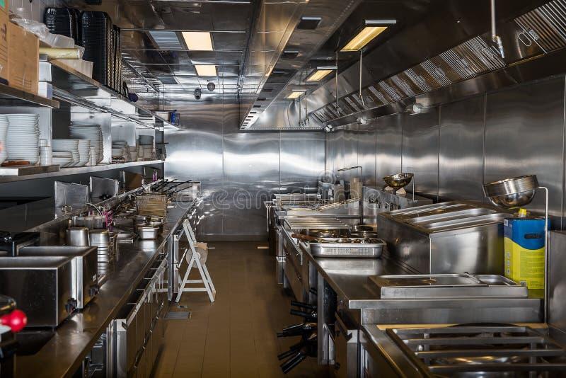 Fachowa kuchnia, widok odpierający w stali zdjęcia stock