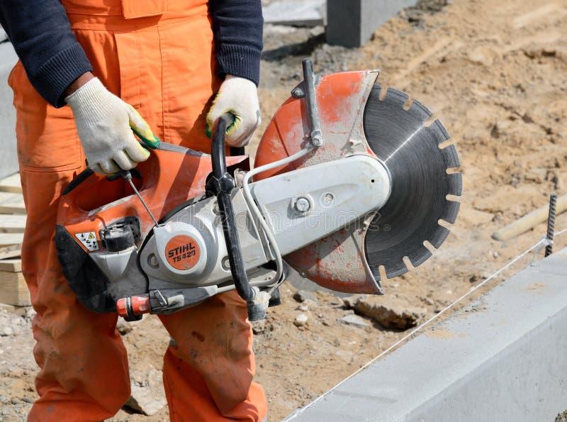 Fachowa kurenda zobaczył dla pracy na betonie w rękach przy pracownikiem zdjęcia royalty free