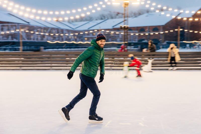 Fachowa męska łyżwiarka pokazuje jego łyżwiarskich talenty, być pewnym o zdjęcia royalty free