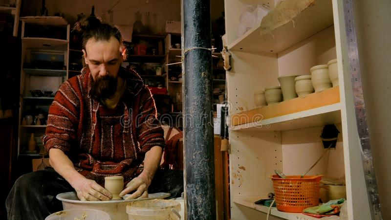 Fachowa męska garncarka pracuje z gliną na garncarki ` s kole zdjęcie royalty free
