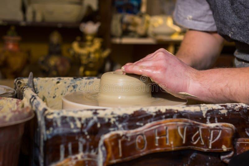 Fachowa męska garncarka pracuje z gliną na garncarki ` s kole obraz stock