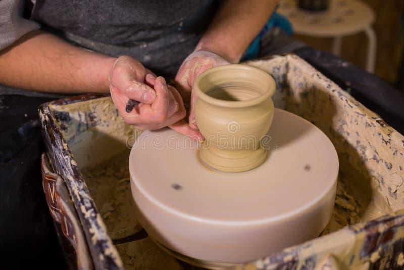 Fachowa męska garncarka pracuje z gliną na garncarki ` s kole obrazy stock