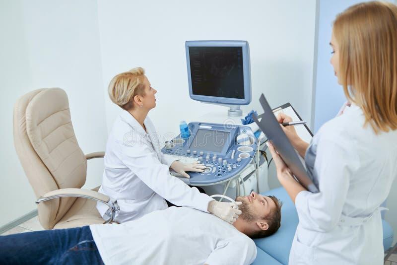 Fachowa medyczna obserwacja w hopital obrazy stock