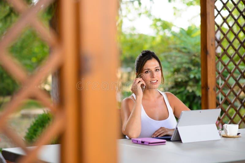 Fachowa przypadkowa kobieta z laptopem outside i smartphone zdjęcia royalty free