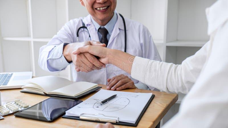 Fachowa samiec lekarka w bia?ej ?akieta chwiania r?ce z ?e?skim pacjentem poleca traktowanie metody, medycyna i po tym jak pomy?l obrazy stock