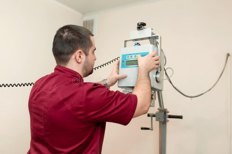 Fachowa weterynarz lekarka przystosowywa Radiologiczną maszynę w weterynaryjnym szpitalu przed skanować procedurę obrazy stock