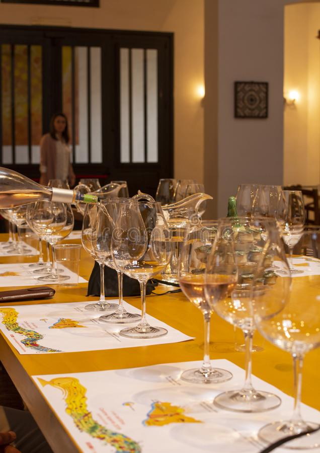 Fachowa wino degustacja, sommelier kurs, dolewanie biały wino w win szkłach fotografia stock