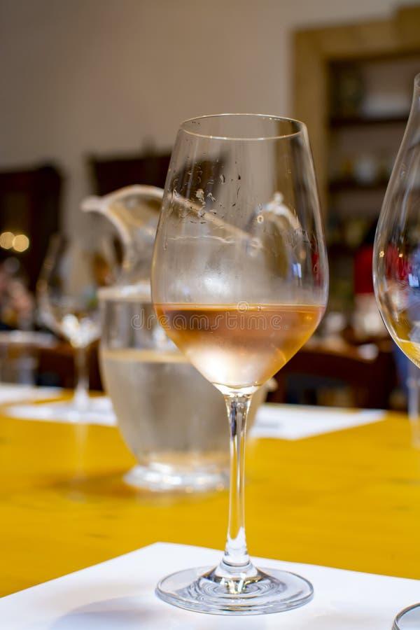 Fachowa wino degustacja, sommelier kurs, zimno róży suchy wino w wina szkle obraz royalty free