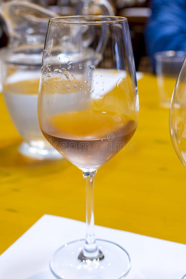 Fachowa wino degustacja, sommelier kurs, zimno róży suchy wino w wina szkle obrazy stock