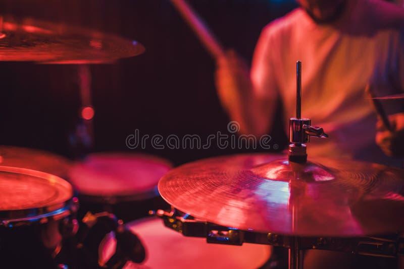 Fachowego bębenu ustalony zbliżenie Dobosz z bębenami, muzyka na żywo koncert fotografia royalty free