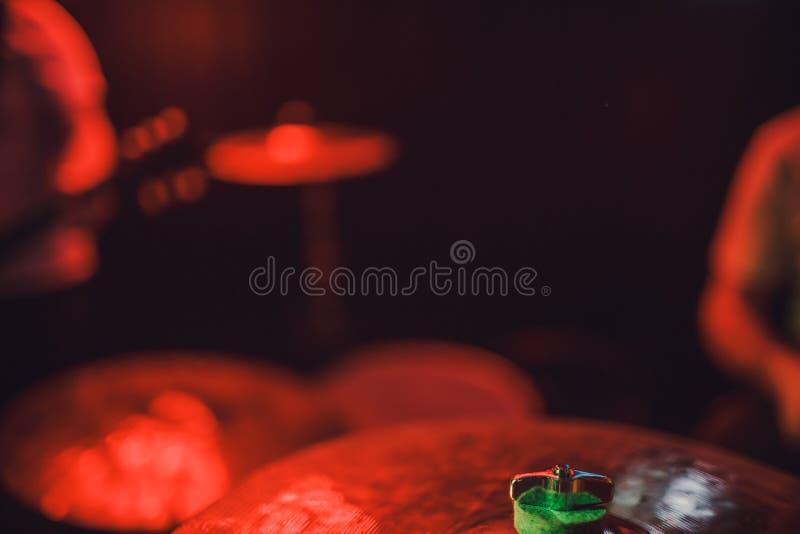 Fachowego bębenu ustalony zbliżenie Dobosz z bębenami, muzyka na żywo koncert zdjęcia stock