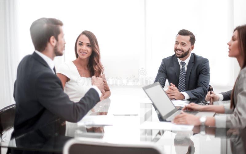 Fachowego biznesu drużynowy dyskutuje nowy handlowy projekt obrazy stock