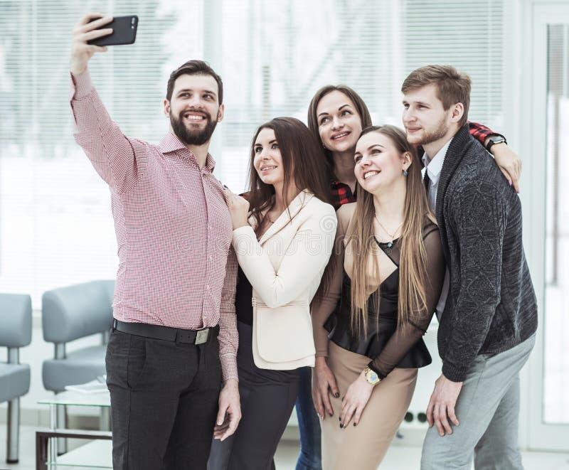 Fachowego biznesu drużynowy robi selfie podczas gdy stojący blisko okno w biurze zdjęcia royalty free