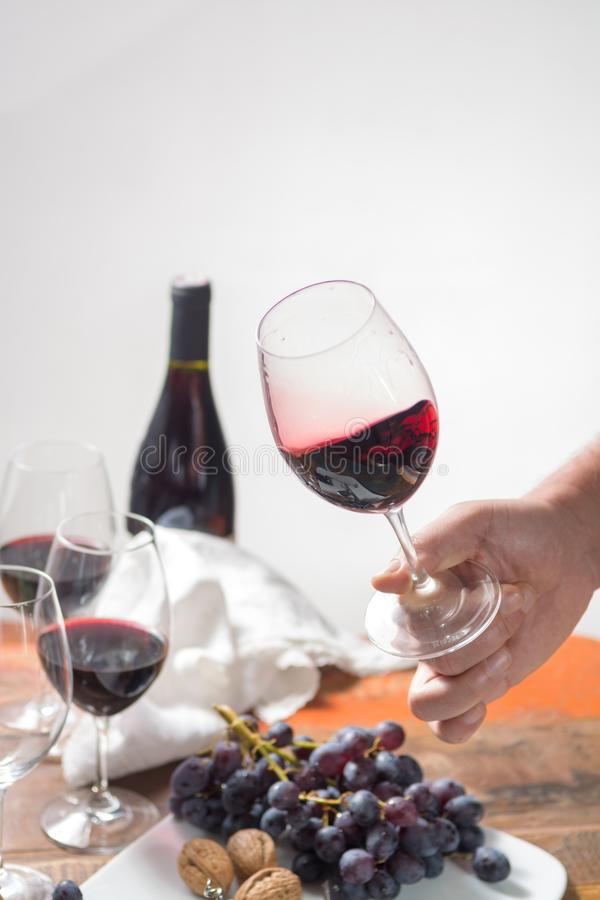 Fachowego czerwonego wina smaczny wydarzenie z wysokiej jakości wina szkłem zdjęcie stock