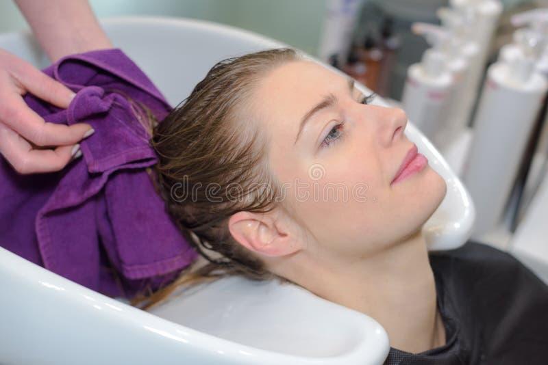 Fachowego fryzjera płuczkowi klienci włosiani obrazy royalty free