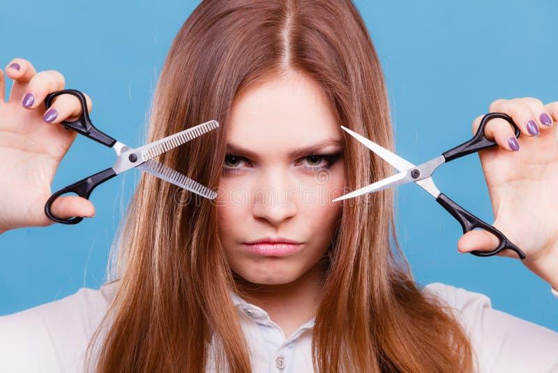 Fachowego fryzjera podwójni włada nożyce obrazy stock