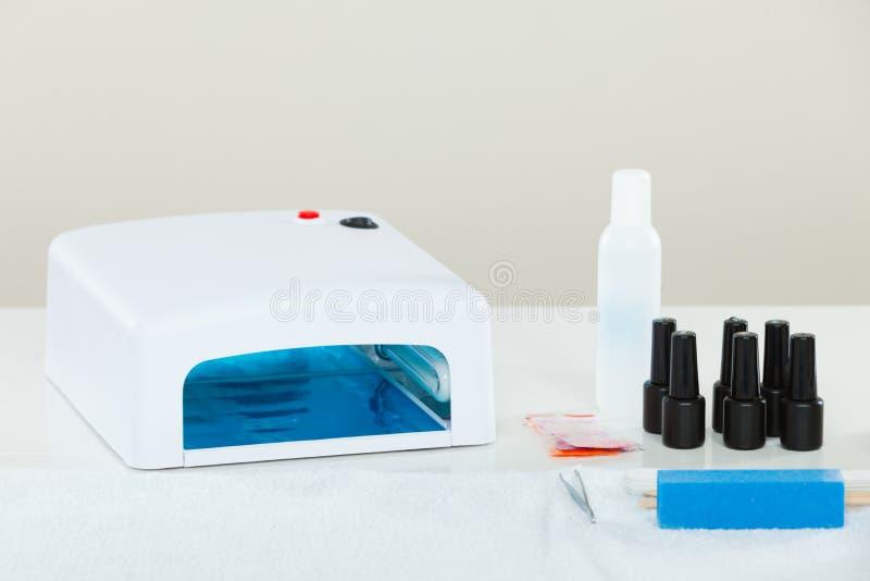 Fachowego gel hybrydowy manicure ustawia przy beautician salonem fotografia stock