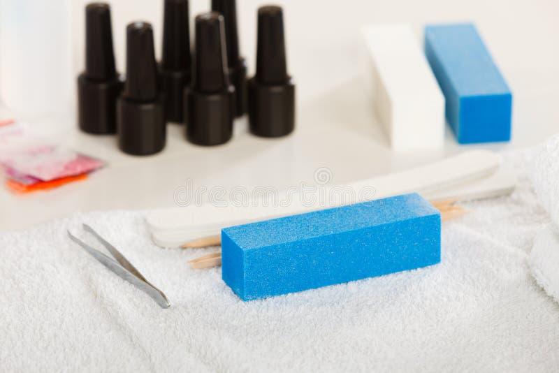 Fachowego gel hybrydowy manicure ustawia przy beautician salonem zdjęcia stock
