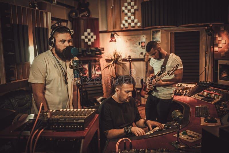 Fachowego muzycznego zespołu magnetofonowa piosenka w butika studiu nagrań zdjęcia stock