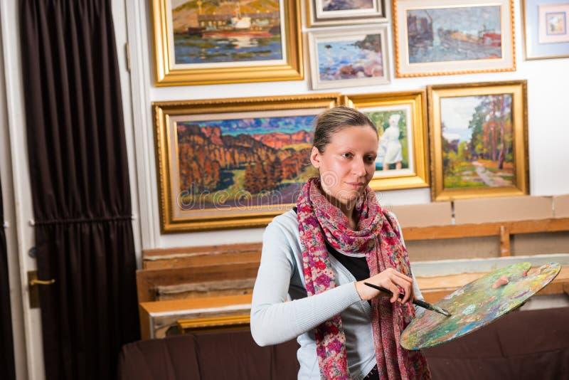 Fachowej kobiety artysty obraz w studiu zdjęcie royalty free
