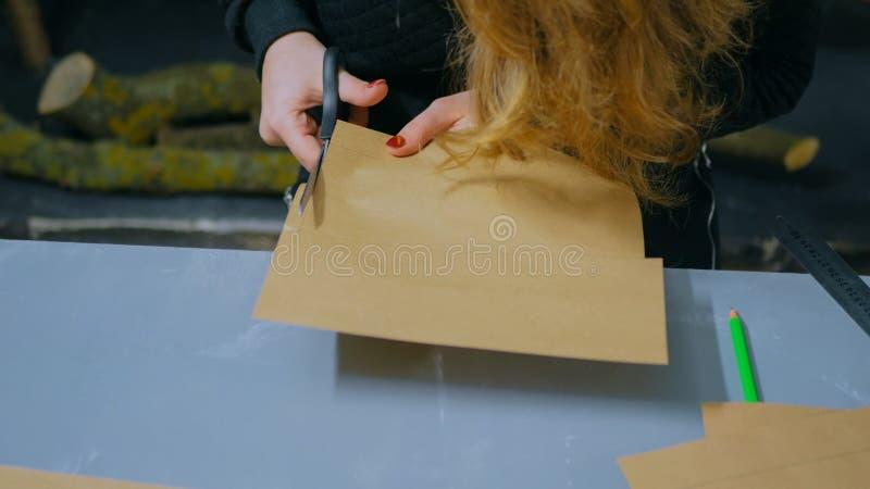 Fachowej kobiety decorator, projektant pracuje z Kraft papierem zdjęcie stock