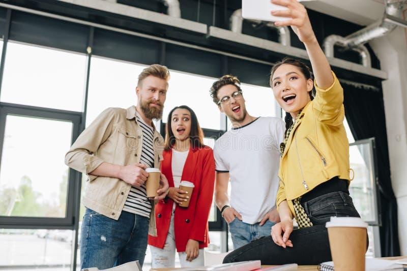 Fachowi biznesowi koledzy bierze selfie obraz stock