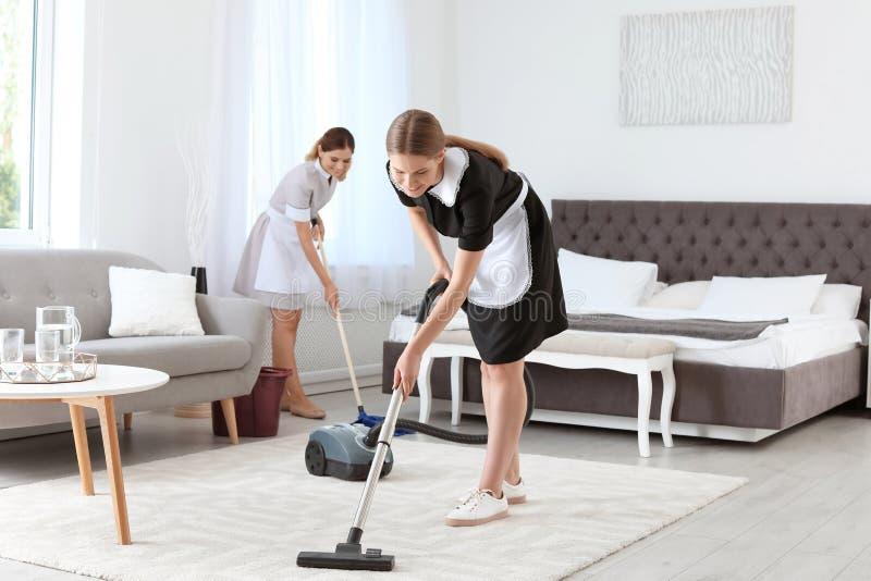 Fachowi chambermaids czyści podłoga obrazy stock