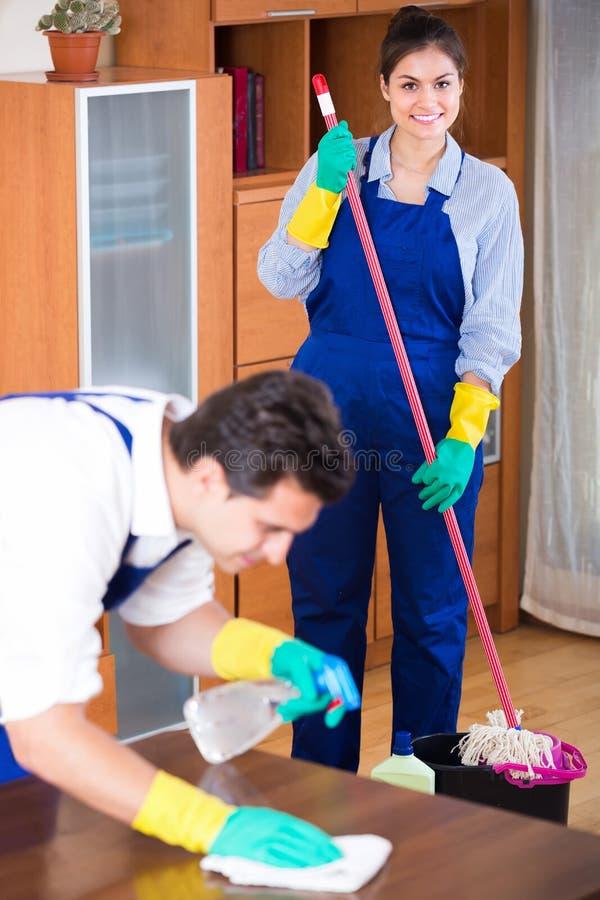 Fachowi czyściciele przy pracą obraz stock