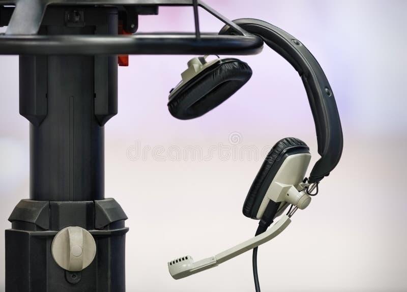 Fachowi hełmofony w TV studiu zdjęcie stock
