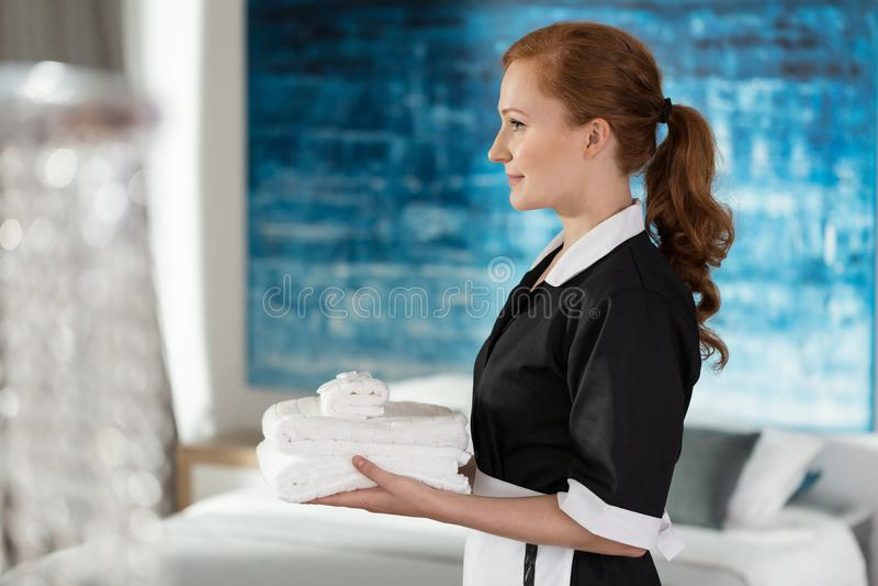Fachowi housemaid mienia ręczniki zdjęcie stock
