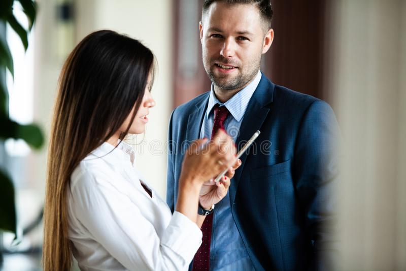 Fachowi męscy i żeńscy partnery biznesowi ma spotkania dyskutować planistyczną strategię dla pospolitego początkowego projekta zdjęcia stock