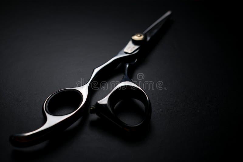 fachowi nożyce na czarnym tle zdjęcie stock