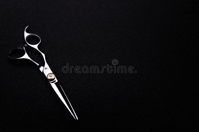 fachowi nożyce na czarnym tle obrazy royalty free