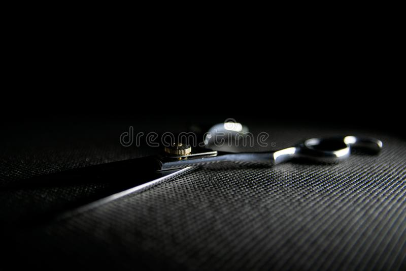 fachowi nożyce na czarnym tle obraz stock