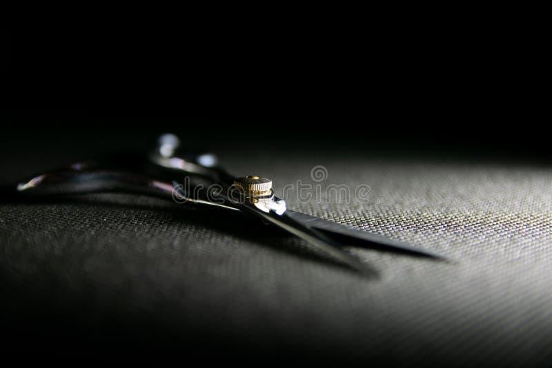 fachowi nożyce na czarnym tle obrazy stock