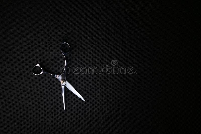 fachowi nożyce na czarnym tle zdjęcia stock