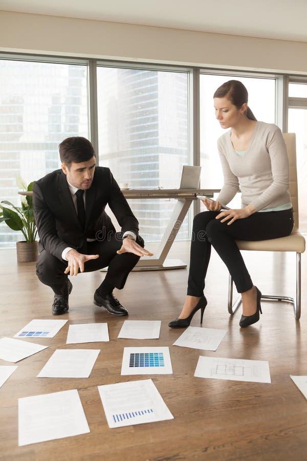Fachowi projektanci pracuje w biurze, planuje projekt inter obrazy stock