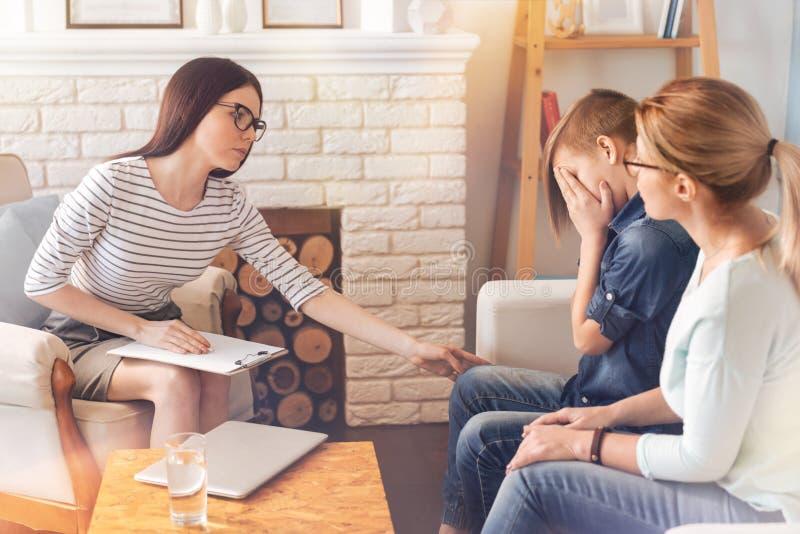 Fachowy żeński psycholog wspiera jej nastolatka pacjenta fotografia stock